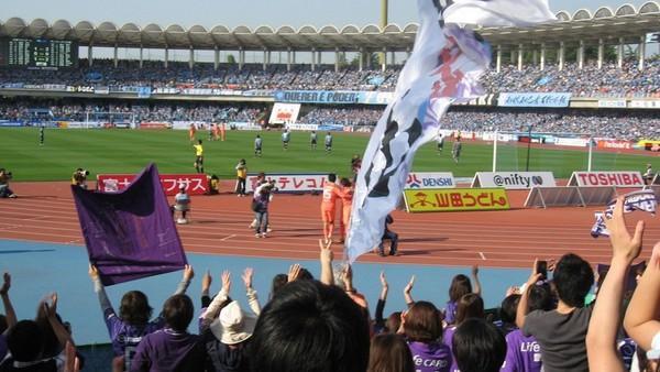 寿人選手がサポーターの目の前で3点目を決め、歓喜のサポーター