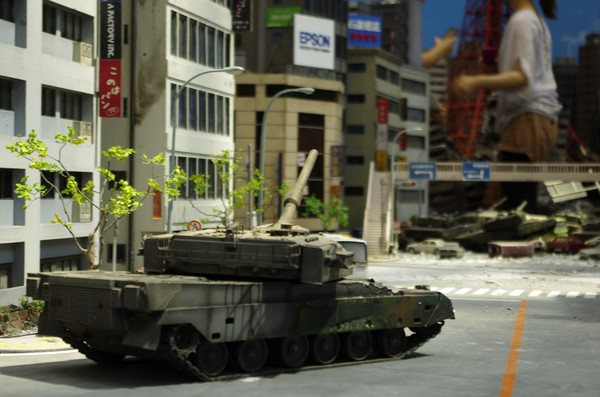 砲身を上げ目標を狙う戦車