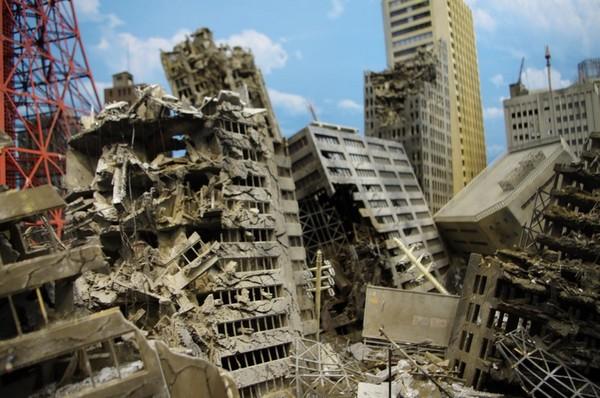 崩壊したビル群
