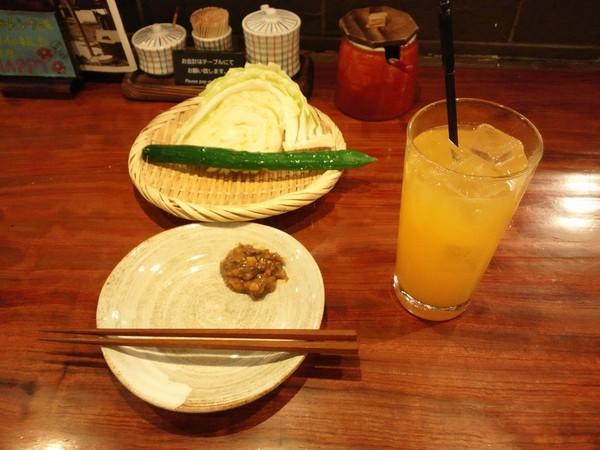 お通しの野菜とマンゴーサワー
