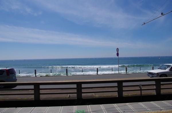 鎌倉高校前駅から海岸を望む