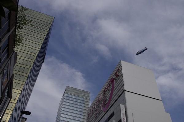 神田上空を旋回する飛行船