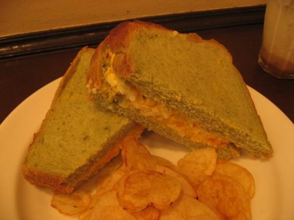 大麦若葉の卵サンド