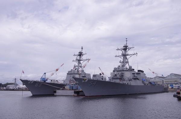 アーレイ・バーク級ミサイル駆逐艦。54がカーティス・ウィルバー、89がマスティン