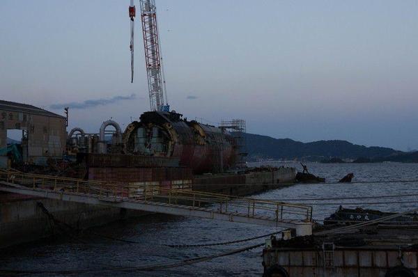 解体される潜水艦