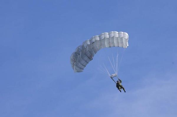 自由降下する空挺隊員