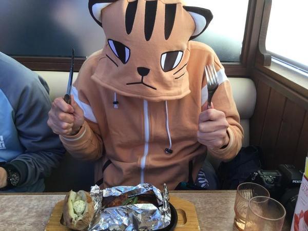 ココス大洗店にてハンバーグをくらう芽依ちゃん(自称
