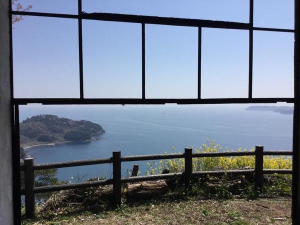 魚雷見張所跡の窓。鉄製の枠はいまだ健在
