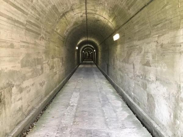 トンネルの内部、調整所から回天を運ぶさいに使われていたとのこと