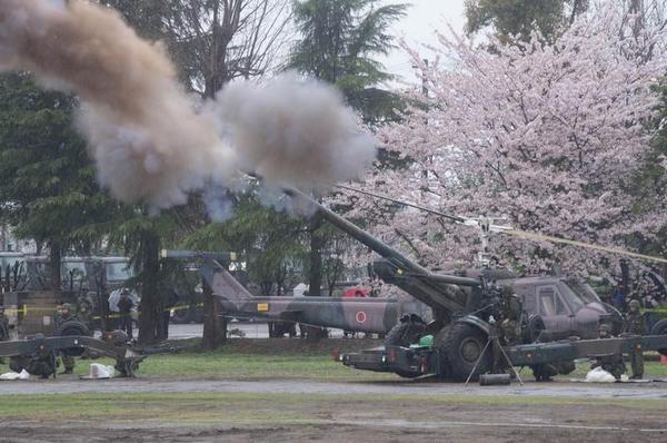 空砲を撃つFH70(155mm榴弾砲)