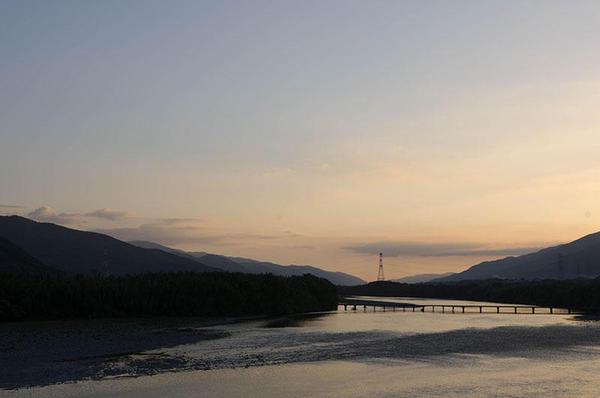 夕暮れの吉野川と潜水橋