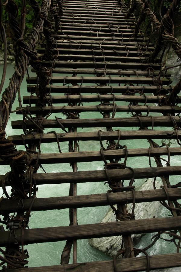 かずら橋を渡る