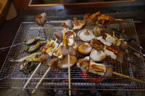 農家民宿 ゆずの里いづみ 地元の食材を使った夕食 囲炉裏で味噌田楽や鮎を焼く