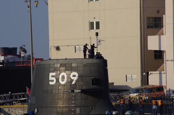 代将旗を掲げるSS-509せいりゅう
