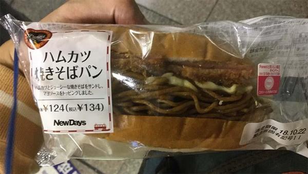 ナナシスライブ帰りに焼きそばパンを食うヲタク