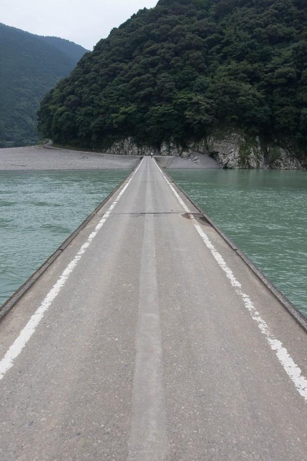 潜水橋を渡る