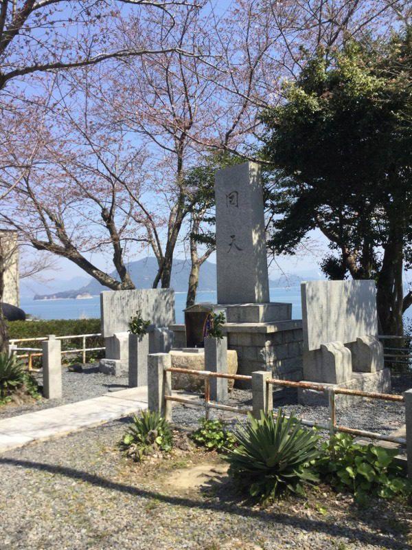 回天記念館横の慰霊碑にお参りしました